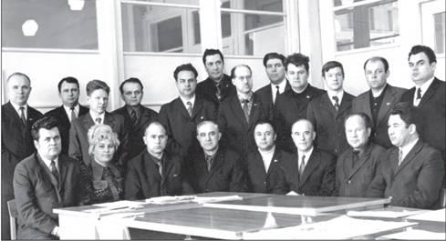 sotrudniki-ofisa-vtroem-zaderzhavshis-posle-raboti-ovladeli-svoey-kollegoy-foto-oralnie